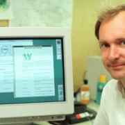 O físico britânico Tim Berners-Leeum NeXTcube